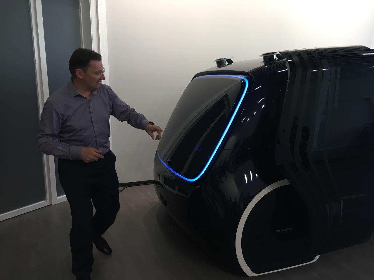 """Der CDO von Volkswagen, Johann Jungwirth, bei der Präsentation einer neuen """"Sedric""""-Version für den chinesischen Markt, des """"Sedric Nighlife"""" (Foto: Ekki Kern)"""